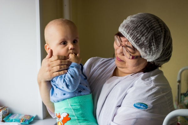 Рома остался без родной мамы, когда ему ещё не исполнилось и года, сейчас за ним ухаживают медсёстры и няни