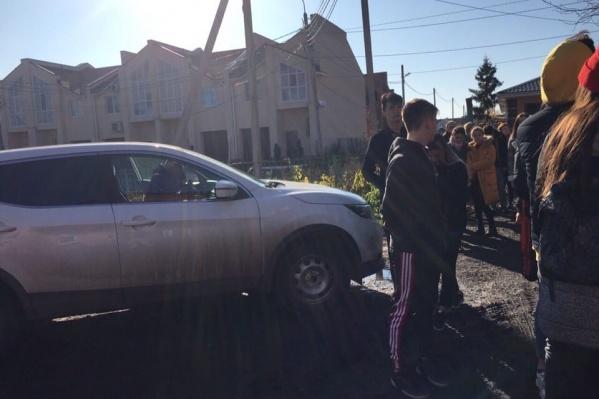 Студенты забаррикадировали машину супруга директора