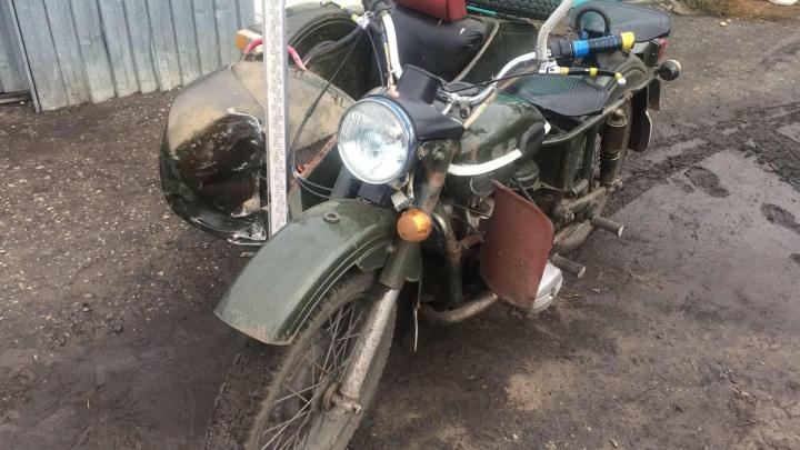 В Зауралье мотоциклист сбил женщину и врезался в дом