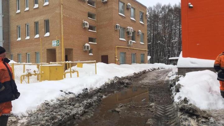 Грязевые реки, снежные берега: уфимские коммунальщики справились с утечкой на улице Авроры
