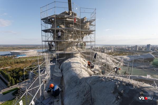 На главной статуе России трудятся десятки рабочих