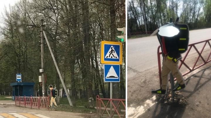 Безопасность сломалась: в Ярославле испортили дорожный знак, изображающий ребёнка