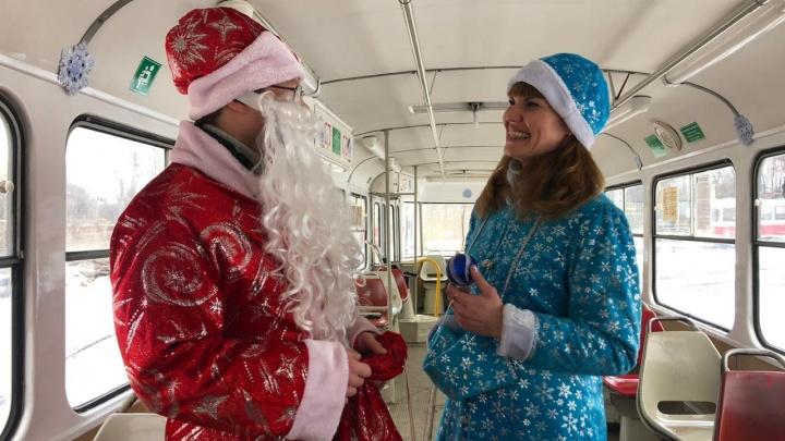 В Самаре пустили трамвай, которым управляет Дед Мороз