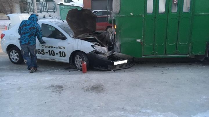 Машина такси вспыхнула после столкновения с троллейбусом на Кирова