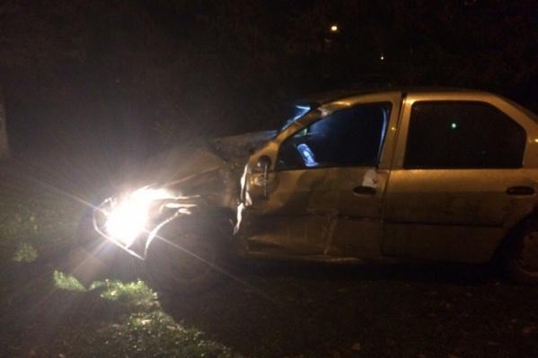 От удара автомобиль вылетел на газон