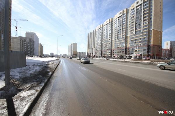 Челябинцы вынуждены устраивать экстремальные забеги через дорогу — дойти до светофоров практически невозможно