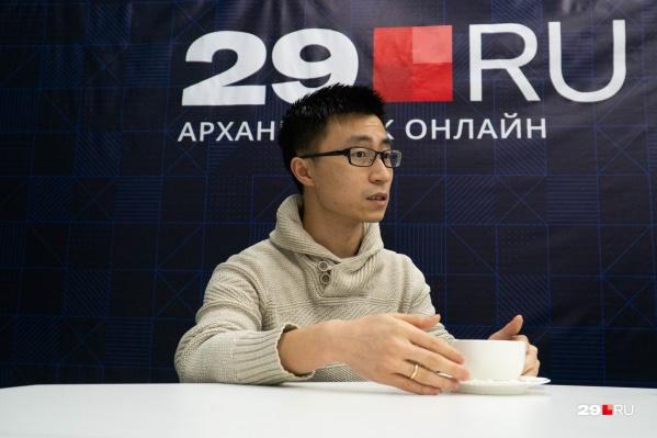 Фэн Лю уже шесть лет живет в Архангельске. Сейчас он следит за новостями из родной страны и переживает вместе со всеми китайцами, чем завершится вспышка эпидемии