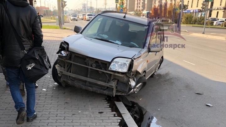 Подростки удирали с места ДТП на угнанной машине и ушли в занос. Видео