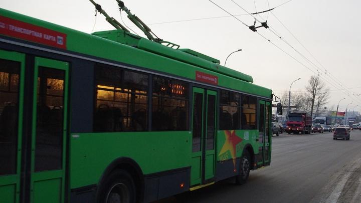 Видео: пассажиры подтолкнули троллейбус на площади Кирова
