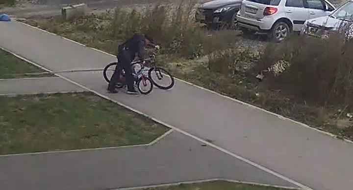 В Академическом парень с сигаретой в зубах вынес из подъезда два велосипеда