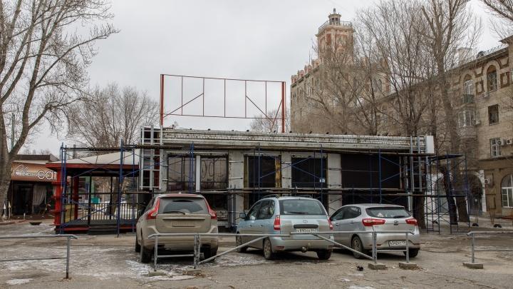 «О сносе речи не идет»: в Комсомольском саду Волгограда «раздевают» здание выселенного бара