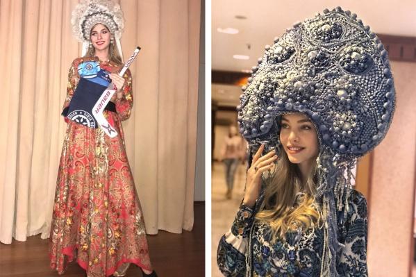 Чирлидер Юлия Гришманова (слева) и модель Мария Ступина (справа) в конкурсных нарядах