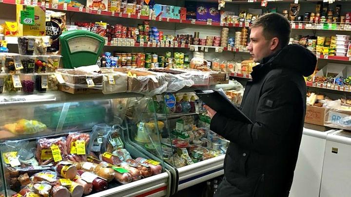 Пирожки с запахом рыбы и соки возле унитаза: приставы за антисанитарию прикрыли продуктовый магазин