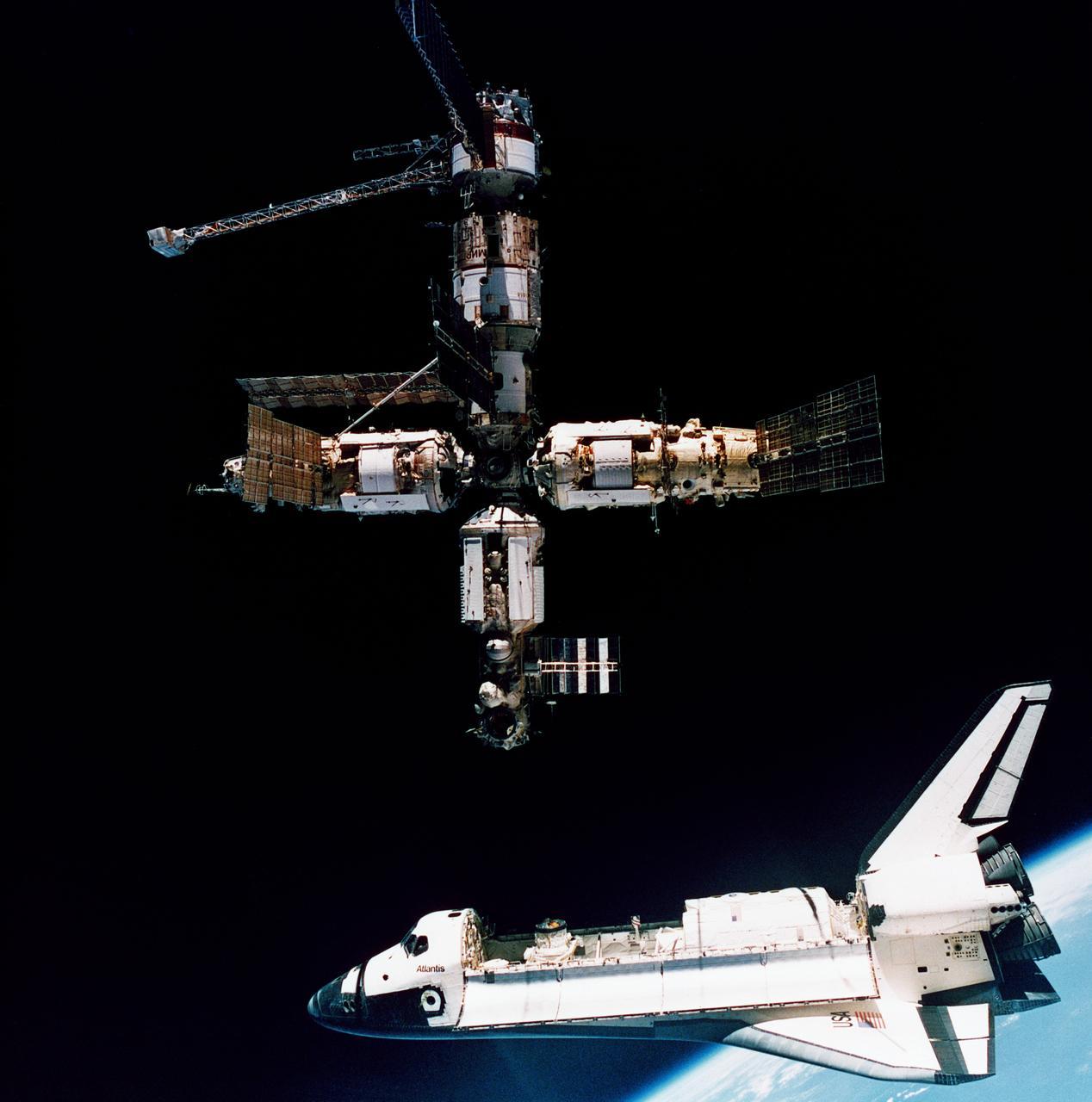 Шаттл «Атлантис» готовится к стыковке со станцией «Мир». 1995 год. Фото NASA