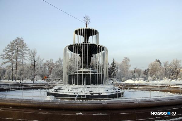 Так фонтан «наряжали» к Новому году, сейчас на нём появилось более экстремальное украшение