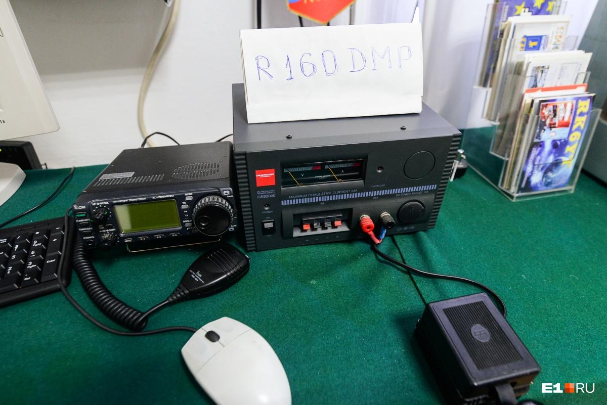 В одной из комнат дома-музея установлена радиостанция. С помощью нее радиолюбители выходят на связь со своими коллегами из других стран. Позывной музея R160 DMP — в честь 160-летия Попова