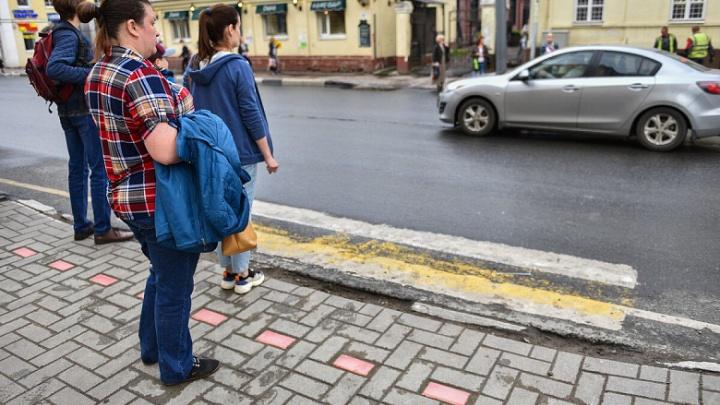 «Хватит ерунду выдумывать»: как ярославцы отреагировали на придорожные плитки-светофоры