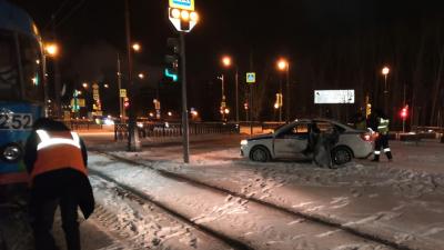 На Верх-Исетском бульваре столкнулись машина ГИБДД и трамвай