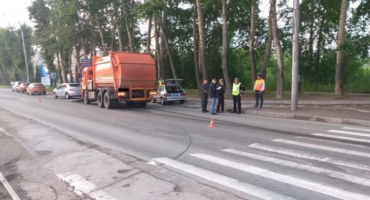 КАМАЗ сбил 20-летних подруг на пешеходном переходе. Одна из девушек погибла на месте