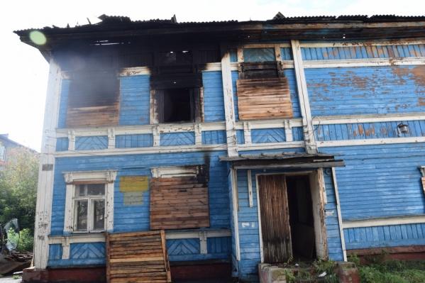 Вандалы подожгли здание бывшей больницы