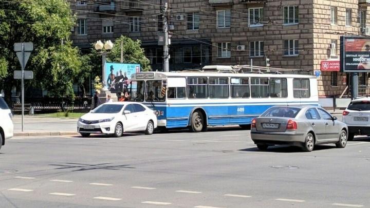 Снова троллейбус: на опасном перекрестке Волгограда троллейбус«поцеловал» легковушку