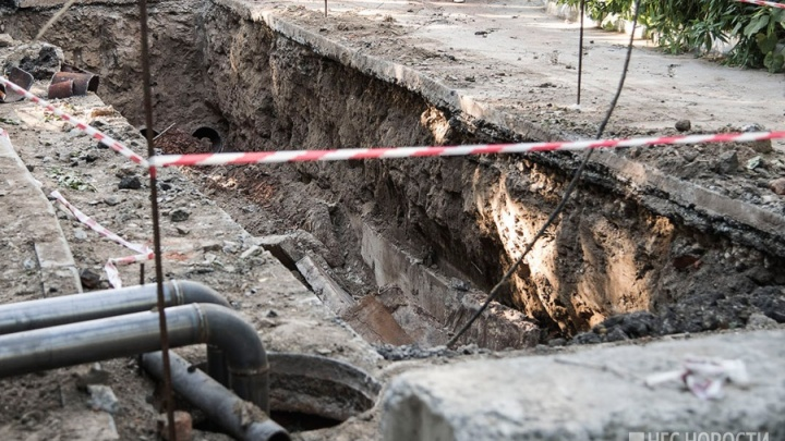 В центре Новосибирска раскопали улицу, на которой автомобиль провалился под асфальт
