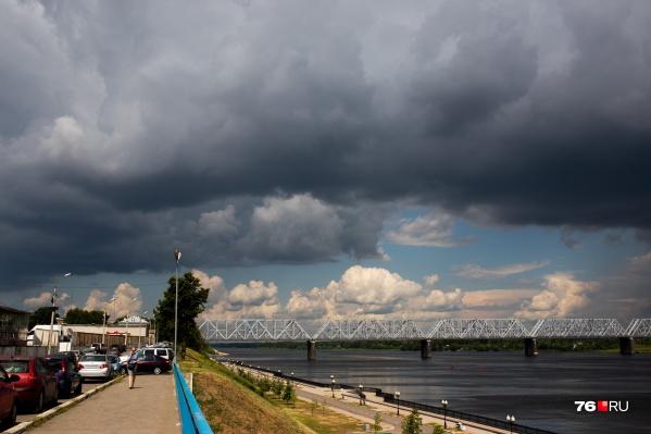 Небо над Ярославлем заволочёт грозовыми тучами