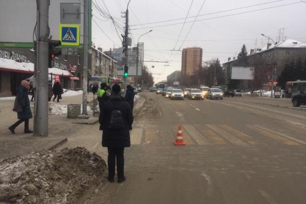 Водитель сбил ребёнка вечером в пятницу на площади Калинина и скрылся