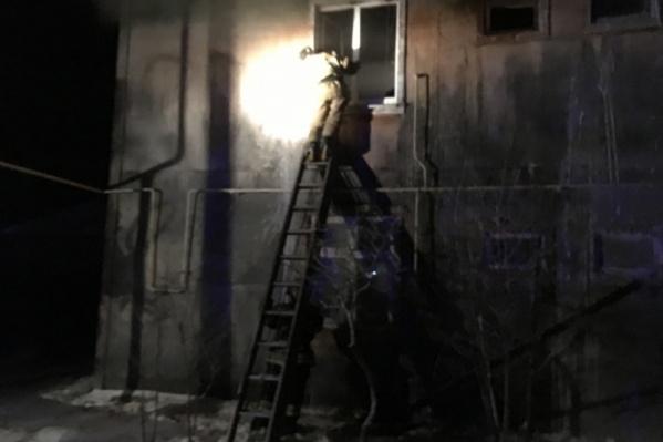 Женщину спустили со второго этажа по приставной лестнице: в подъезде было слишком сильное задымление