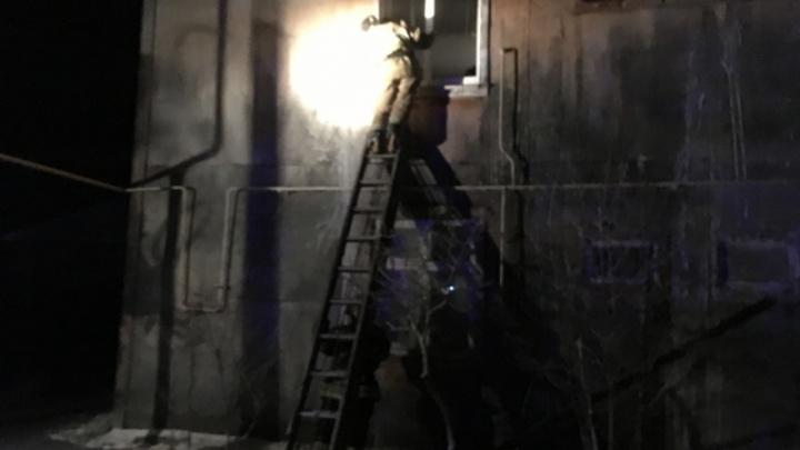 Вынесли через окно: в Прикамье на пожаре спасли женщину