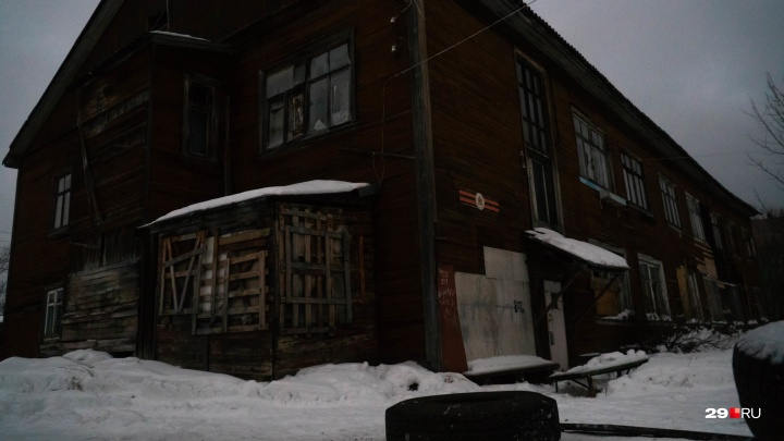 Рядом с бродягами: последний житель ветхого дома в Архангельске рассказал про быт без тепла и света
