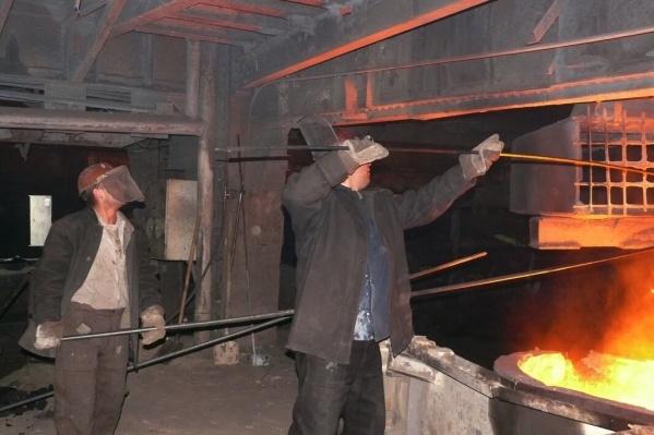 Установили новые тарифные ставки и оклады работникам цехов ЧЭМК — ферросплавного и электродного