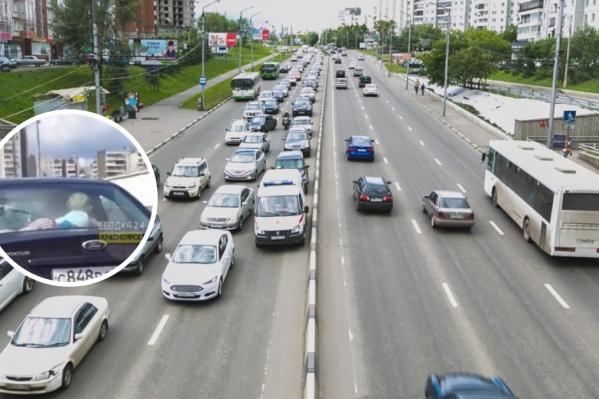Машина ехала по мосту в сторону улицы Копылова
