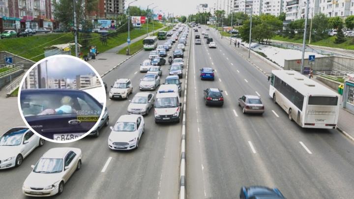 Рисковые родители прокатили ребёнка в машине под задним стеклом