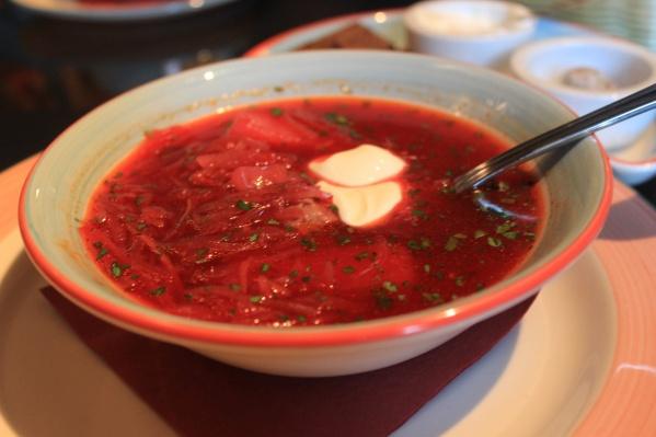 В стоимость обеда эксперты включили борщ, пюре с котлетой и салат оливье