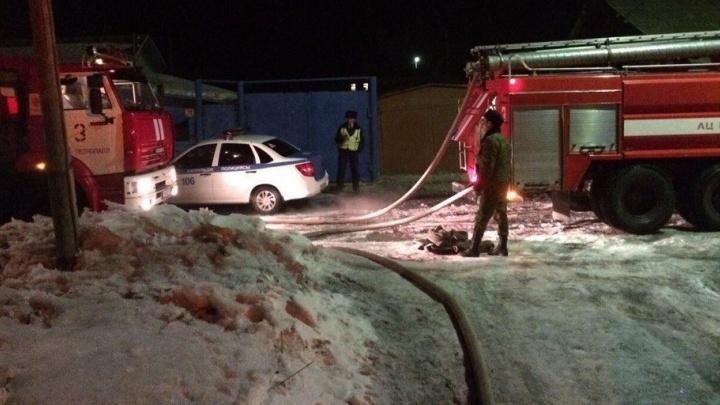 Смекалистые рабочие из Екатеринбурга потушили пожар в частном доме в Казахстане