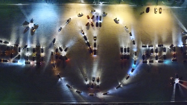 Пять минут до Нового года: на Южном Урале автомобилисты выстроились в гигантские часы
