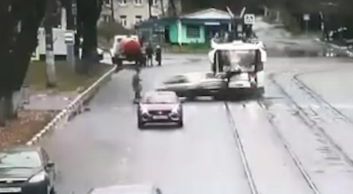 На видео можно рассмотреть, как автомобилист сбивает сначала одного пешехода, а потом и другого