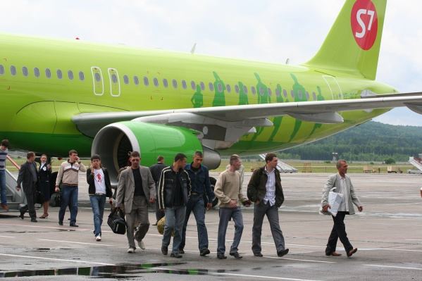 В Толмачёво у пассажиров планировалась пересадка, но из-за задержки самолёта в Екатеринбурге они на неё не успели