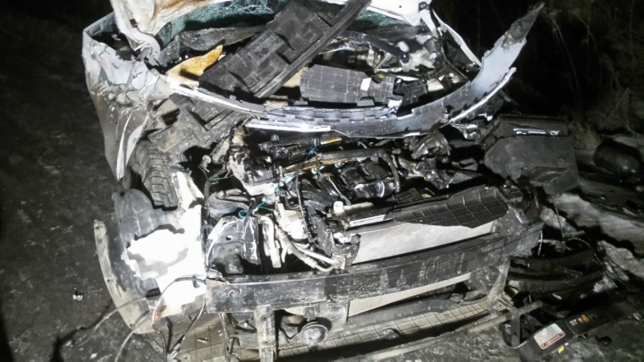 Водителя спасли подушки безопасности: на Полевском тракте KIA на полной скорости влетела в грузовик