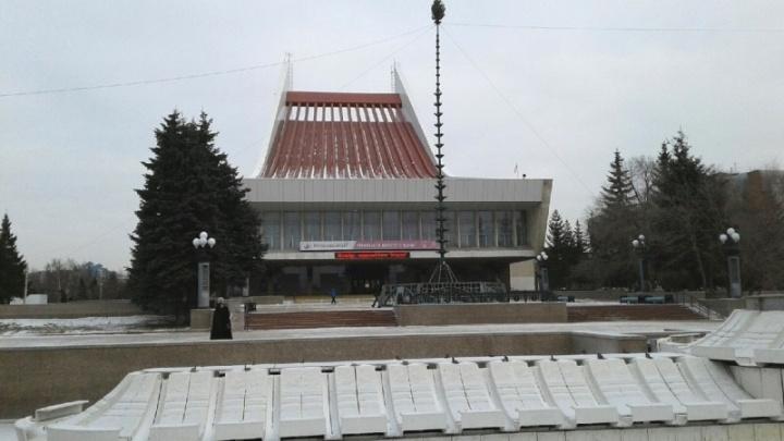 На Театральной площади начали устанавливать главную городскую ёлку