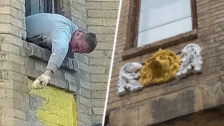 «Живем в свинарнике и уродуем город»: лепнину на доме в центре Ростова покрасили в желтый цвет