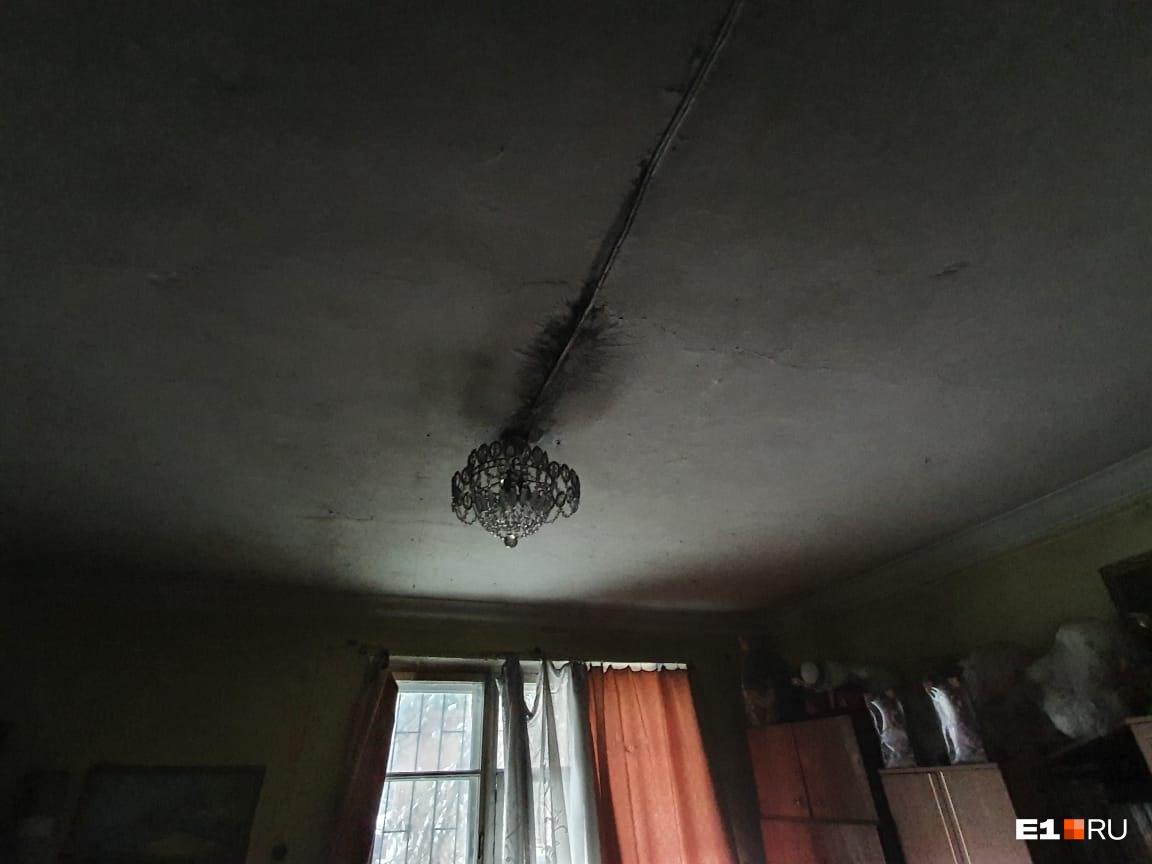 В квартире семьи Блохиных от дыма почернели люстра и потолки