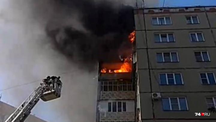 «Куски падают вниз»: в Челябинске в многоэтажке загорелся балкон