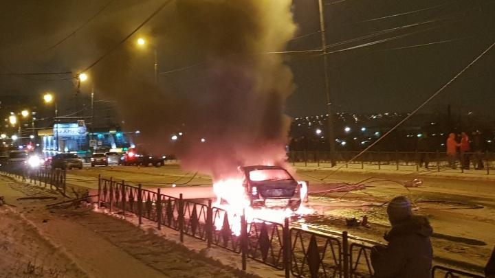 «Субару» протаранила столб и сгорела как спичка от проводов на Гусарова