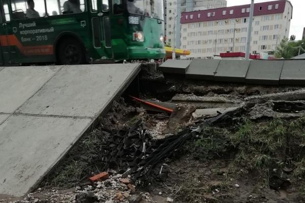 В некоторых местах из-за воды обрушились бетонные плиты