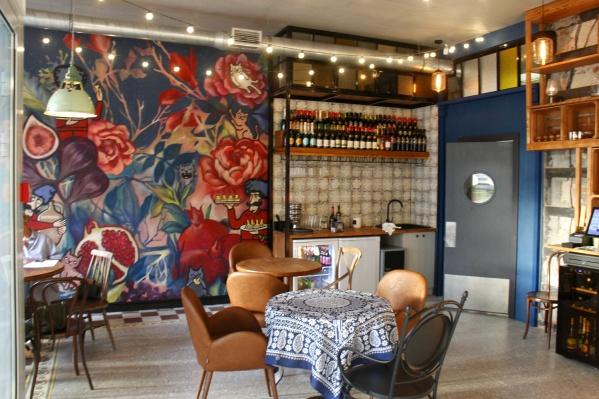 Заведение появилось по соседству с уже работающим рестораном в стиле тбилисских кафе