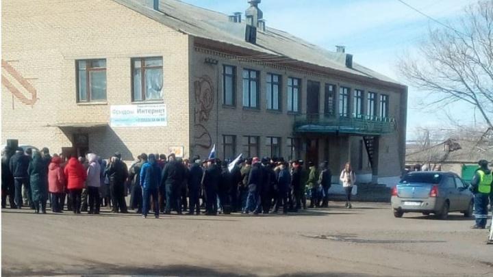 С депутатами и казаками: в Челябинской области прошёл митинг в поддержку арестованного главы