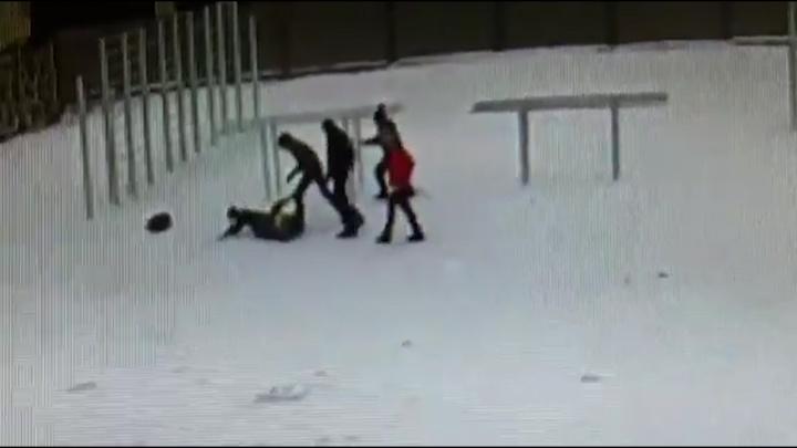 Били ногами по голове: видео нападения на пятиклассника у школы в центре Екатеринбурга
