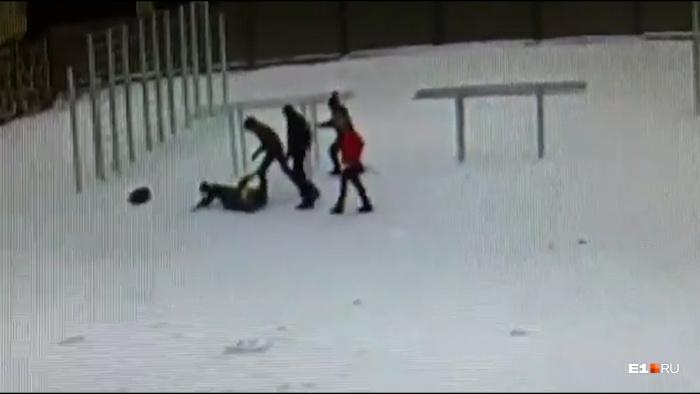 Школьника сначала бросили на землю, а потом начали бить